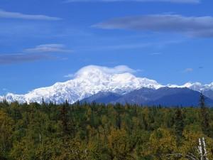 Postal: Gran nube sobre la cima de la montaña
