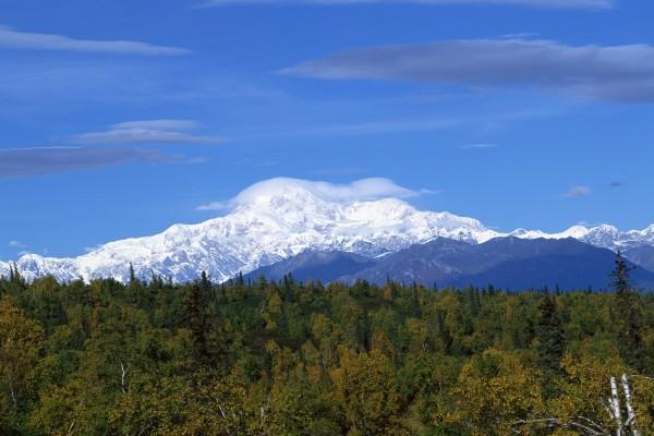 Gran nube sobre la cima de la montaña