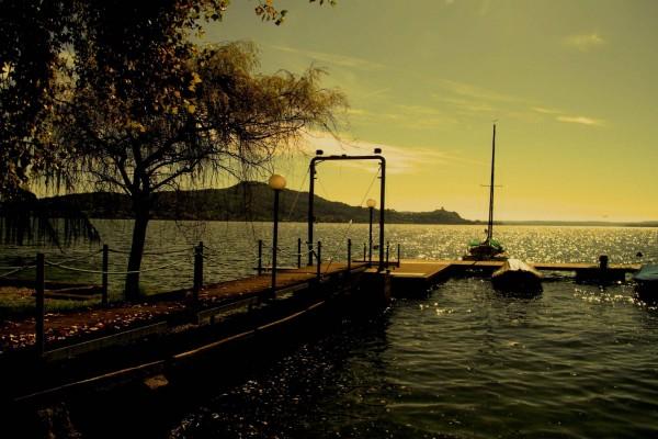 El embarcadero del lago en otoño
