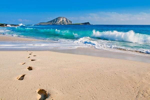Huellas en la arena de una bonita playa