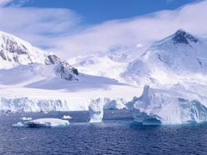 Icebergs y bloques de hielo cerca de las montañas