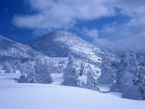 Algunas nubes sobre el paisaje nevado