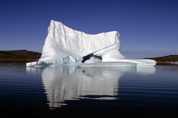 Un iceberg en aguas tranquilas