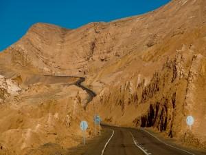 Carretera en la montaña marrón