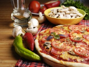 Postal: Pizza con rodajas de tomate y champiñones