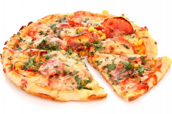 Pizza con variados y ricos ingredientes
