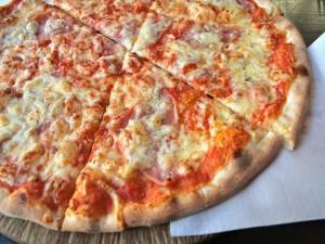 Pizza con jamón cocido y queso