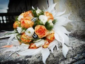 Postal: Maravilloso arreglo floral con rosas naranjas y blancas