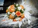 Maravilloso arreglo floral con rosas naranjas y blancas