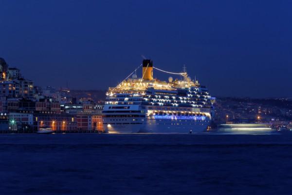"""Crucero """"Costa Fascinosa""""en el puerto de Estambul"""