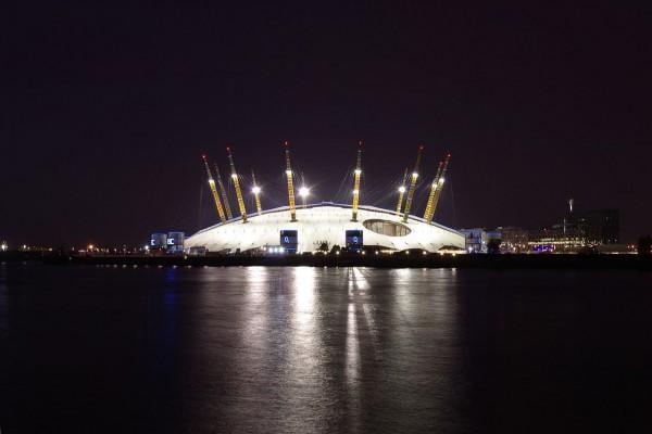 El Millennium Dome iluminado en la noche (Londres)