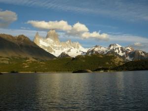 Macizo del Fitz Roy y vista de la laguna Capri (provincia de Santa Cruz, Argentina)