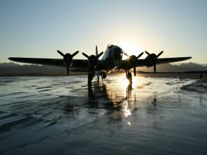 Avión cuatrimotor en la pista de aterrizaje