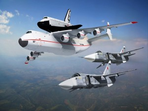 Antonov An-225 seguido por aviones militares