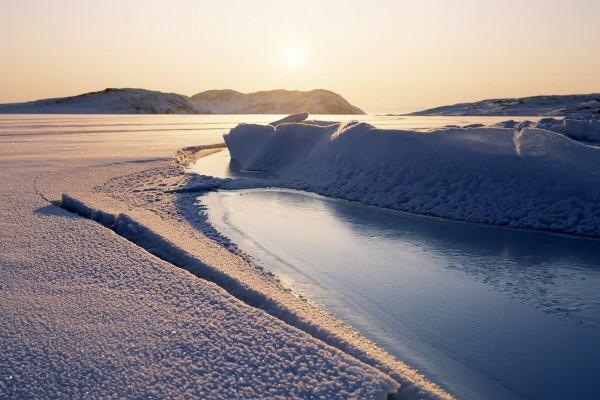 El brillo del sol sobre la nieve y el hielo