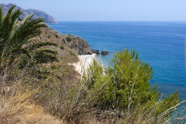 Vista de la costa tropical frente al mar Mediterráneo