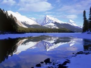Montañas reflejadas en el agua del deshielo