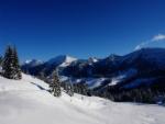 Paisaje montañoso cubierto de nieve