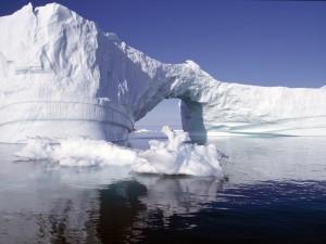 Cielo azul sobre el iceberg