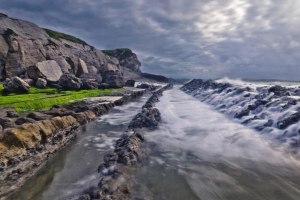 Líneas rocosas en el mar