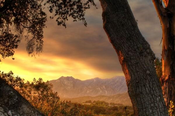 Cielo amarillo sobre las montañas