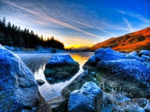 Rocas heladas en el lago vistas al amanecer