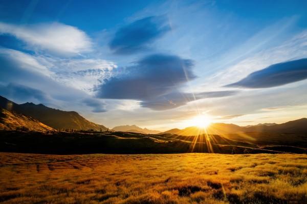 Brillante sol al amanecer entre las montañas