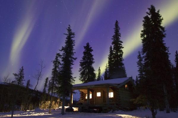 Aurora boreal sobre la cabaña