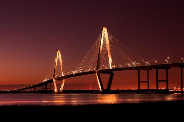 Gran puente iluminado sobre el río
