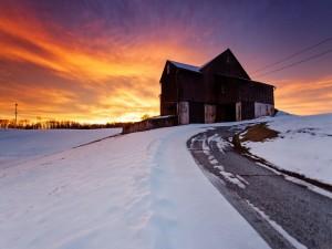 Nieve en ambos lados del camino que va hacia la casa