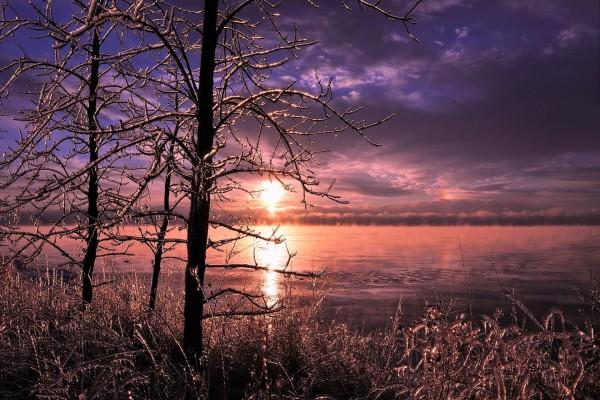 Los rayos de sol se reflejan en el lago