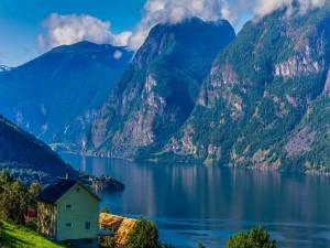 Postal: Elegante cabaña frente al lago