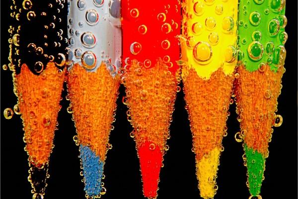 Lápices de colores con burbujas