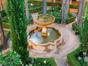 Fuente en el patio de Lindaraja, La Alhambra (Granada, España)