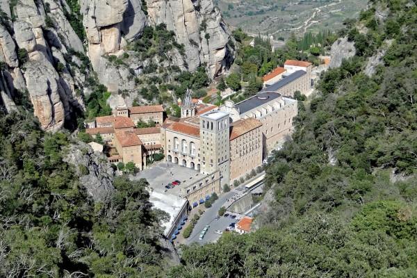 Vista de la Abadía de Santa María de Montserrat (Cataluña, España)