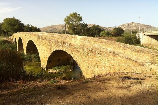 """""""Pont de Gualta"""" puente de piedra sobre el río Daró, Gerona (Cataluña, España)"""