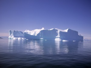 Postal: Un gran iceberg en el mar