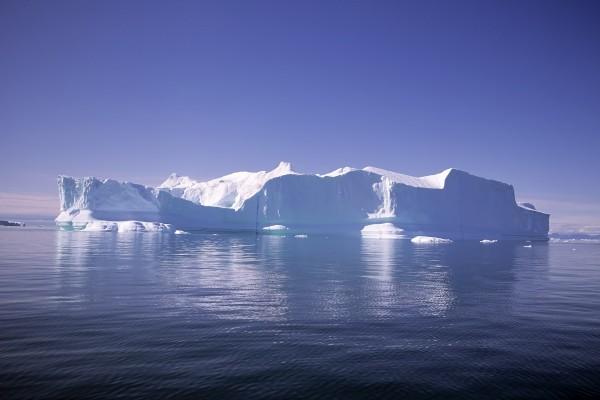 Un gran iceberg en el mar