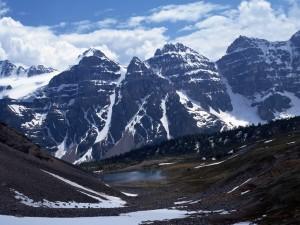Un pequeño lago entre grandes montañas
