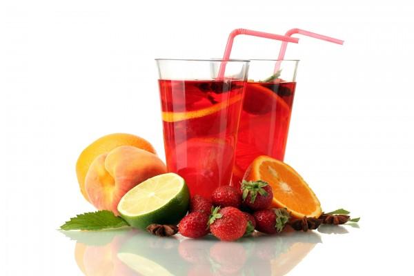 Bebida roja de frutas variadas