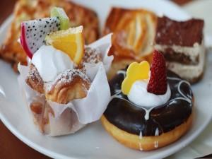 Deliciosos bollos adornados con frutas