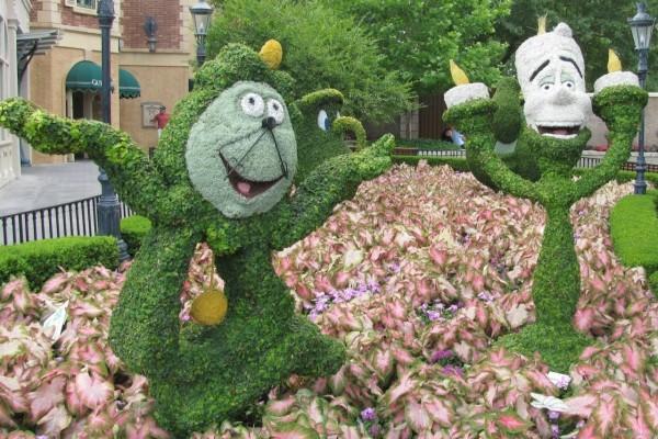 Arbustos con las formas de Lumiere y Ding Dong (personajes de La Bella y La Bestia)