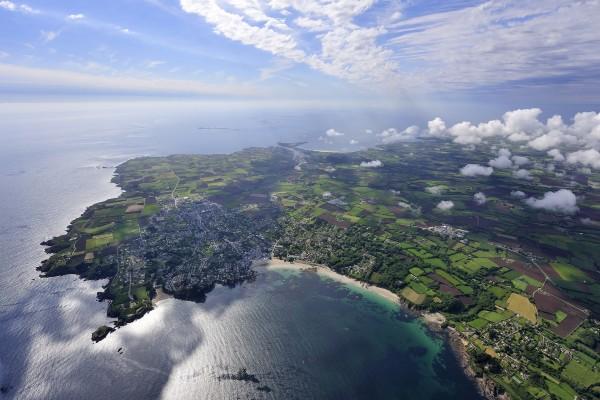 Espectacular vista aérea del mar junto a la costa