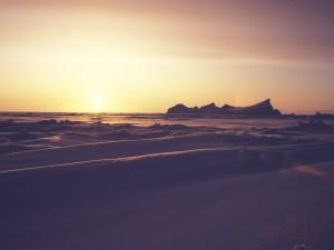 El sol iluminando el paisaje nevado