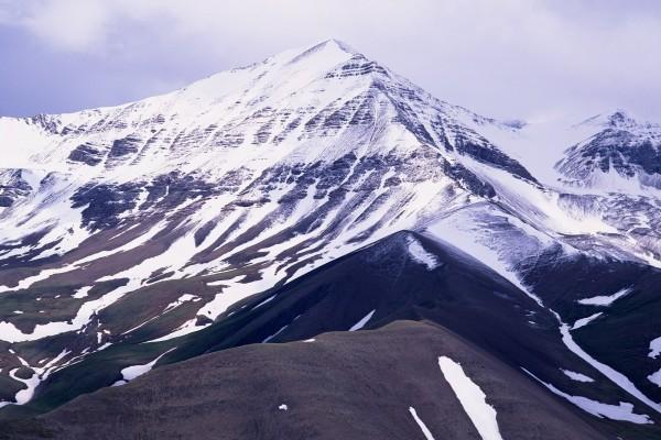 Gran montaña cubierta de nieve