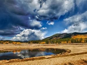 Nubes sobre un bello paisaje otoñal