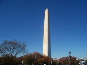 Cielo azul sobre el Monumento a Washington