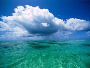 Nubes sobre el agua del mar