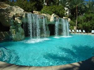 Fabulosa cascada cayendo sobre una piscina