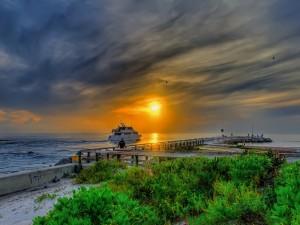 Maravillosa puesta de sol vista desde el muelle